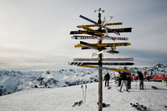 ponteiro Cargo-direcional nos cumes austríacos Imagens de Stock Royalty Free