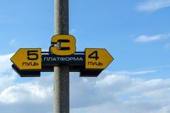 Ponteiro da plataforma e de trilhas railway na estação de trem fotos de stock royalty free