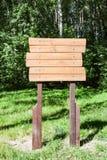 Ponteiro de madeira na floresta no summe Foto de Stock Royalty Free