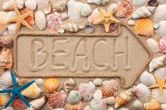 Ponteiro feito da corda com uma praia da inscrição, com shell do mar Fotos de Stock