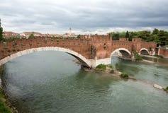 Ponten Pietra som en gång är bekant som Pons Marmoreus, är en bro för romersk båge som korsar den Adige floden i Verona, Ital Royaltyfri Bild