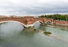 Ponten Pietra Stone Bridge som en gång är bekant som Pons Marmoreus, är en bro för romersk båge som korsar den Adige floden i Ver Royaltyfri Foto