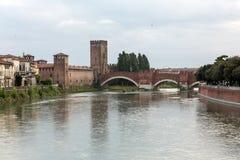 Ponten Pietra Stone Bridge som en gång är bekant som Pons Marmoreus, är en bro för romersk båge som korsar den Adige floden i Ver Royaltyfri Bild