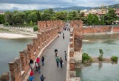 Ponten Pietra Stone Bridge som en gång är bekant som Pons Marmoreus, är en bro för romersk båge som korsar den Adige floden i Ver Arkivbild