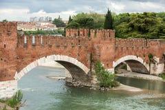 Ponten Pietra Stone Bridge som en gång är bekant som Pons Marmoreus, är en bro för romersk båge som korsar den Adige floden i Ver Arkivbilder