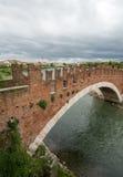Ponten Pietra Stone Bridge som en gång är bekant som Pons Marmoreus, är en bro för romersk båge som korsar den Adige floden i Ver Royaltyfri Fotografi