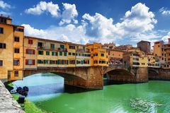 Ponten Vecchio över Arno River florence italy tuscany Arkivfoto
