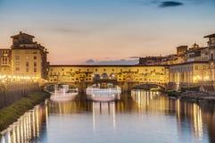 Ponten Vecchio (gammal bro) i Florence, Italien Arkivfoto