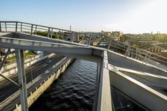 Pontes americanas do trem da construção sobre o canal de Obvodny no por do sol em St Petersburg Fotografia de Stock