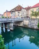 Pontes ao longo do rio de Ljubljana na manhã Fotografia de Stock Royalty Free