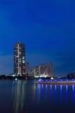 Pontes da construção com em noite Fotos de Stock Royalty Free
