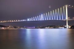 Pontes de Istambul Bosporus na noite Fotos de Stock Royalty Free