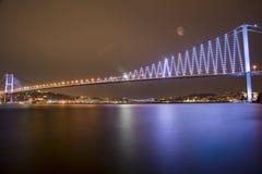 Pontes de Istambul Bosporus na noite Imagem de Stock