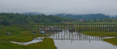 Pontes de madeira - kanjanaburi do sangklaburi Fotos de Stock