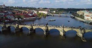Pontes de Praga, Charles Bridge famoso sobre o rio Vitava República Checa, vista aérea video estoque