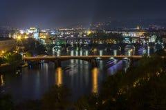 Pontes de Praga na noite foto de stock royalty free