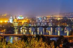 Pontes de Praga sobre o rio na noite, Praha de Vltava, República Checa imagens de stock royalty free