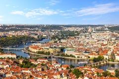 Pontes de Praga sobre o Vltava, o Lesser Town e a opinião velha da cidade foto de stock