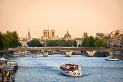 Pontes de Seine River e Notre Dame Cathedral, Paris, França Foto de Stock Royalty Free