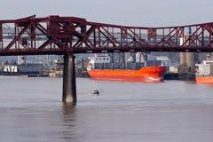 Pontes e navios grandes e cidade pequena de Portland do rio de Willamette Fotografia de Stock Royalty Free