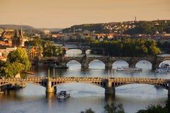 Pontes em Praga sobre o rio Vltava no por do sol Imagem de Stock