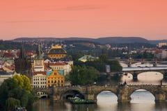 Pontes em Praga sobre o rio Vltava no por do sol Foto de Stock Royalty Free