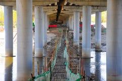 Pontes perigosas provisórias para necessidades da construção foto de stock royalty free