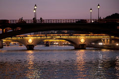 Pontes sobre o rio Seine em Paris na noite Fotos de Stock Royalty Free