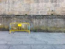 Pontevedra, Hiszpania; 09/08/2018: Staromodna popielata fasada Budynku kamienia fasada z żółtym chwilowym ogrodzeniem fotografia royalty free