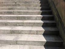 Pontevedra, Hiszpania; 08/09/2018: Stary kamienny schody, w górę i na dół, textured tło obraz royalty free
