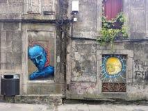 Pontevedra, Spanien; 08/09/2018: Altbau mit Graffiti stockfotos
