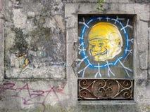 Pontevedra, Spanje; 08/09/2018: De oude bouw met graffiti stock foto