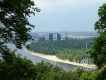 Ponti attraverso il fiume di Dnieper a Kiev fotografia stock