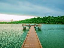 Ponti di legno sull'oceano con l'oceano idilliaco immagine stock libera da diritti