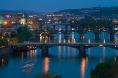 Ponti di Praga nel paesaggio di sera Repubblica ceca Fotografia Stock