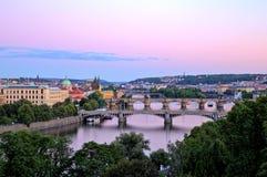 Ponti di Praga sopra il fiume della Moldava, vista scenica da Letna immagine stock libera da diritti