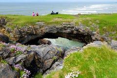 Ponti leggiadramente, arché di pietra impressionanti vicino al filo di Tullan, una delle spiagge della spuma del ` s del Donegal, Fotografie Stock