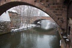 Ponti sopra il canale del fiume di Pegnitz nell'orario invernale norimberga bavaria germany fotografie stock