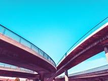 Ponti stradali fatti di calcestruzzo e di acciaio Fotografia Stock