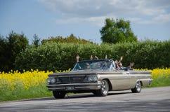 Pontiac Bonneville met gelukkige mensen Royalty-vrije Stock Foto's