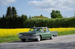 Pontiac Bonneville 1960 op de weg Stock Afbeeldingen