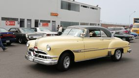 Pontiac Catalina kupé som byggs i 1953 på söder av Lima Arkivbild