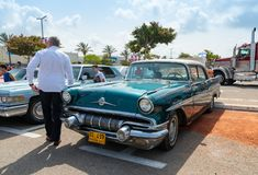 Pontiac Chieftain en una exposición de los coches del vintage parqueó cerca de la alameda grande de Regba Fotografía de archivo libre de regalías