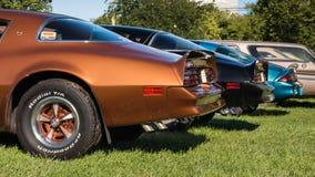 2 Pontiac- Firebirdtransport morgens und ein Autos Chevrolet Camaro Z/28 Lizenzfreies Stockfoto