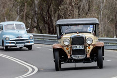 Pontiac Tourer som 1928 kör på landsvägen Arkivfoto