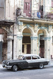 Pontiac viejo al lado de edificios que desmenuzan en La Habana Fotografía de archivo libre de regalías