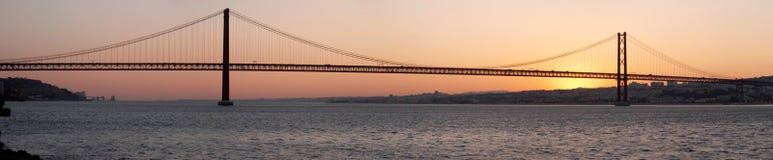 Ponticello 25 de Abril sul fiume Tagus al tramonto, Lisbona Immagini Stock Libere da Diritti