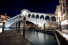 Ponticello alla notte, Venezia, Italia di Rialto Immagine Stock