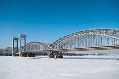 Ponticello attraverso il fiume Neva in inverno Fotografie Stock Libere da Diritti