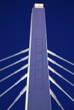 Ponticello bianco sotto cielo blu fotografia stock
